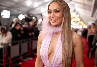 Jennifer López vuelve a causar sensación con ceñido traje