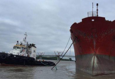 Remueven enorme embarcación que chocó con puente Durán-Santay
