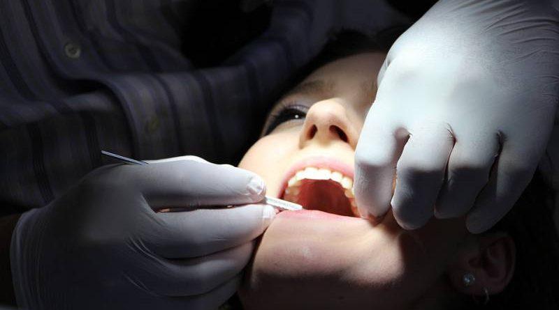 10 hábitos que están afectando a tus dientes y quizás no lo sabías