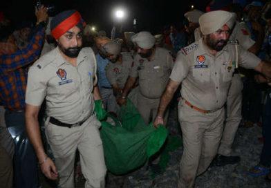 Un tren arrolló a una multitud en India durante una fiesta religiosa