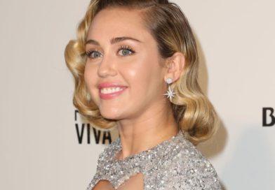 Miley Cyrus confiesa que su mamá la motivó a fumar marihuana